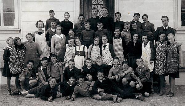 /_SYS_gallery/Schule/Schule/Klassenfotos/1940-Schueler-JG-1926-Lehrer-Haenni.jpg