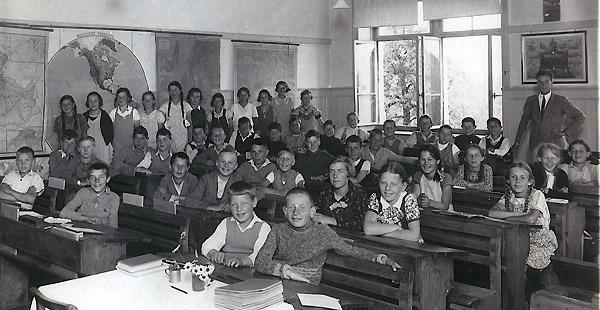 /_SYS_gallery/Schule/Schule/Klassenfotos/Klassenfoto1934LehrerHaenni.jpg